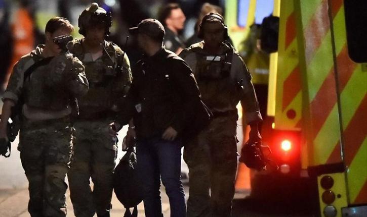 رجل يحمل سكينا يحتجز رهائن في نيوكاسل — حصرياً الشرطة البريطانية